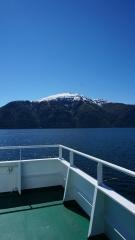 kleine fähre über den fjord